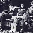 Eine Frau zwischen zwei Männern: Die Aufnahme vom 10. Juli 1921 zeigt Edith Thompson mit Ehemann Percy (r.) und Liebhaber Frederick Bywaters.