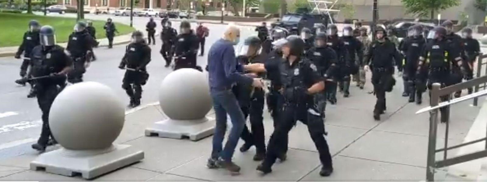 Der Demonstrant (im blauen Sweatshirt) fiel durch den Stoß der Polizisten zu Boden und verletzte sich schwer am Kopf.