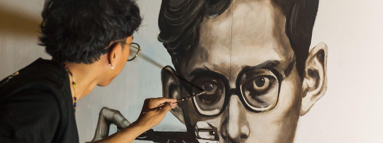 Der verstorbene König Bhumibol ist auch mehrere Monate nach seinem Tod noch im Stadtbild Bangkoks omni-präsent – hier etwa auf einem Wandbild an der Silpakorn-Universität.