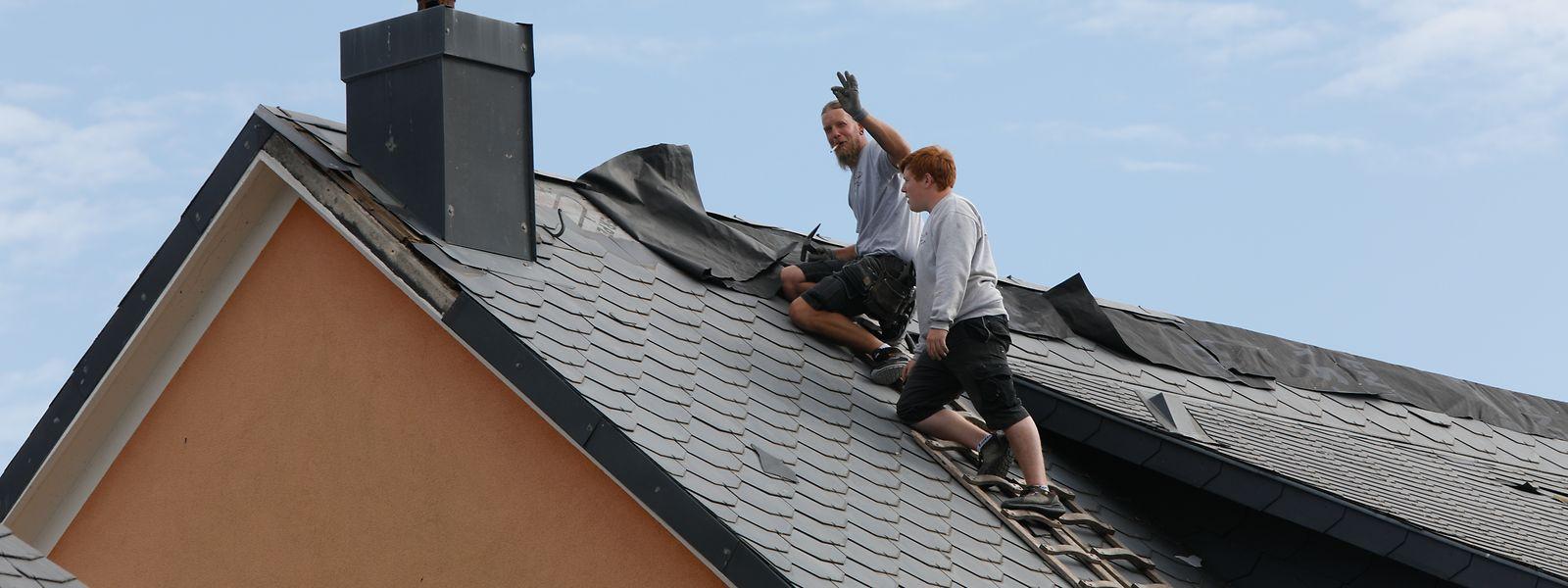 Bereits am Sonntag konnten zahlreiche Dächer provisorisch gegen weiteren Niederschlag abgesichert werden.