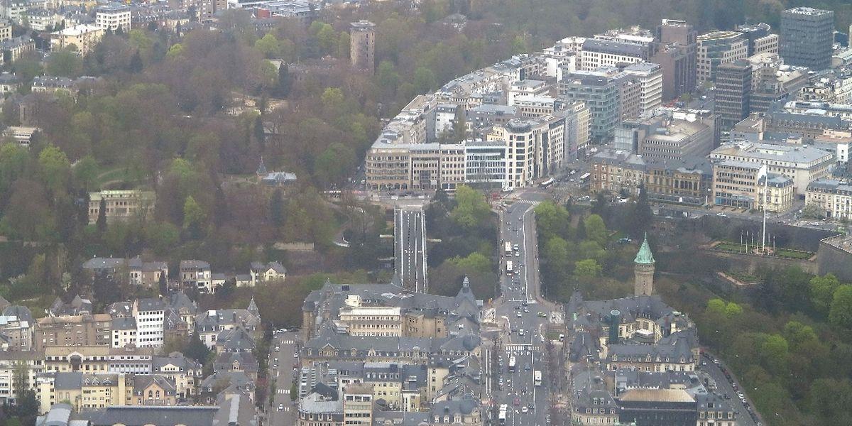 Das blaue Provisorium (links) wird während der Restauration des Pont Adolphe als Bindeglied zwischen Stadzentrum und Bahnhofsviertel fungieren.