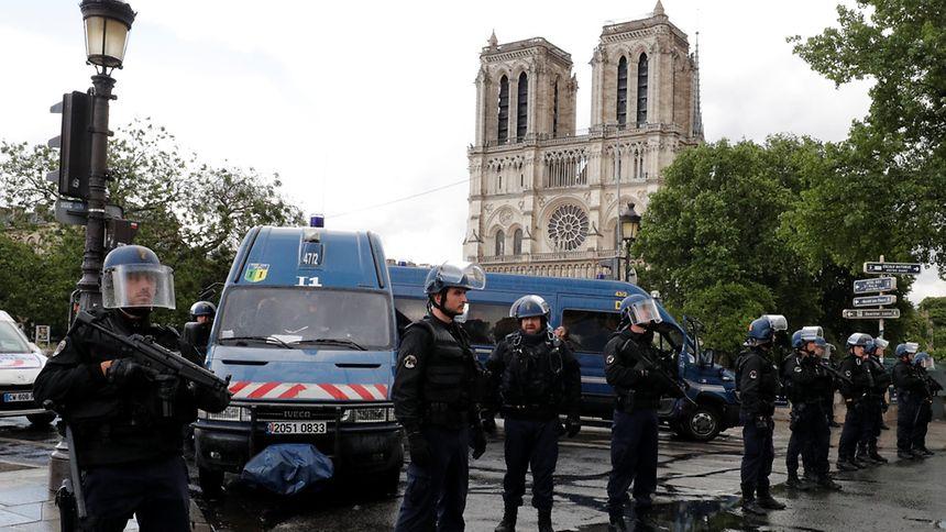 Homem ataca policial e é baleado perto da catedral de Notre Dame