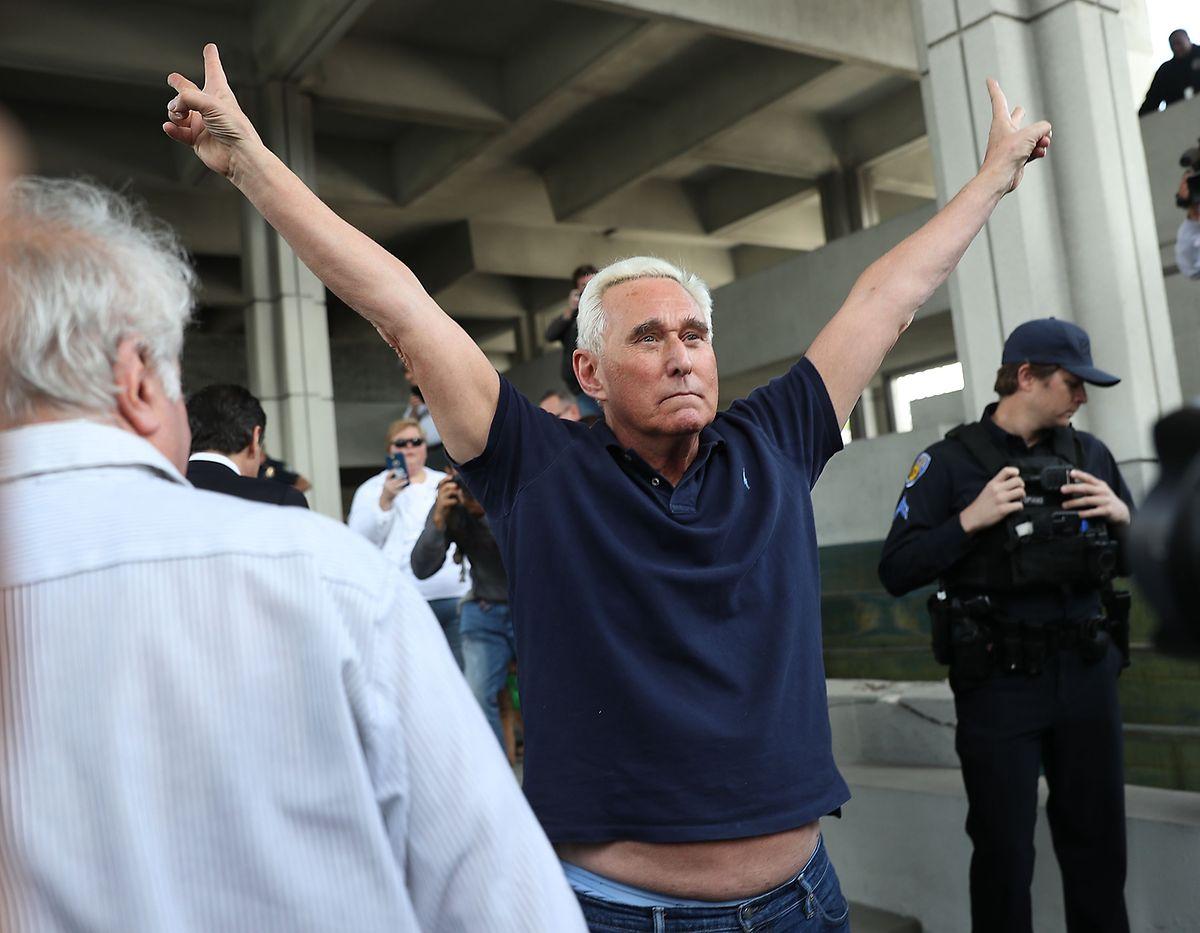 Roger Stone verlässt das Gerichtsgebäude in Fort Lauderdale.