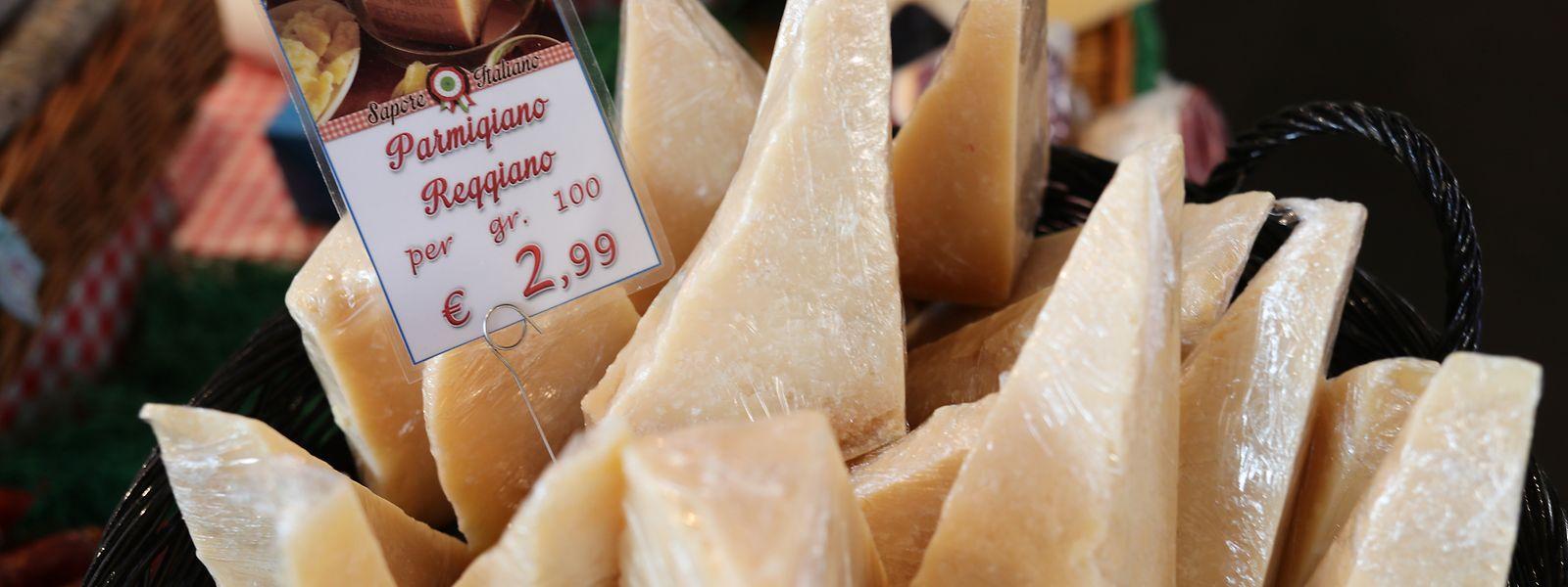 ARCHIV - 11.11.2016, Hamburg: Stücke von Parmesan (Parmigiano Reggiano) werden an einem Stand auf dem Food-Festival eat&STYLE angeboten. Die US-Regierung wird wegen der rechtswidrigen EU-Subventionen für den Flugzeugbauer Airbus Strafzölle in Milliardenhöhe auf Importe aus der Europäischen Union verhängen. Ab 18. Oktober wird bei der Einfuhr von Flugzeugen eine zusätzliche Abgabe von 10 Prozent erhoben werden, bei zahlreichen anderen Produkten wird es ein Strafzoll von 25 Prozent sein, wie ein ranghoher Beamter des US-Handelsbeauftragten am Mittwoch erklärte. Foto: Christian Charisius/dpa +++ dpa-Bildfunk +++