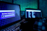 ARCHIV - 25.08.2014, Köln: ILLUSTRATION- Ein Passwort wird auf einem Laptop über eine Tastatur eingegeben. (zu dpa «Hessens Behörden wappnen sich gegen die Gefahr von Cyberattacken» vom 14.11.2018) Foto: Oliver Berg/dpa +++ dpa-Bildfunk +++