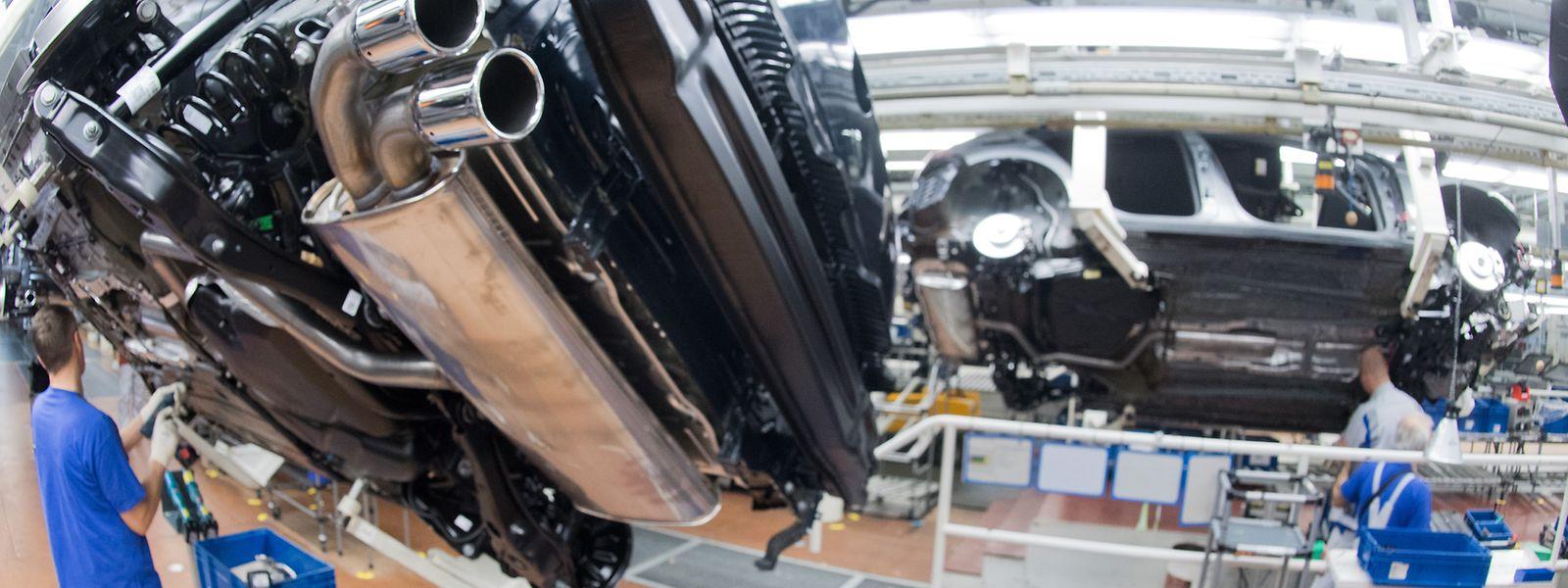Fertigung im Volkswagen-Werk Wolfsburg: Der Strukturwandel in der Autoindustrie mit der Umstellung auf die Elektromobilität gefährdet nach der Analyse einer Expertenkommission hunderttausende Jobs in der Branche.