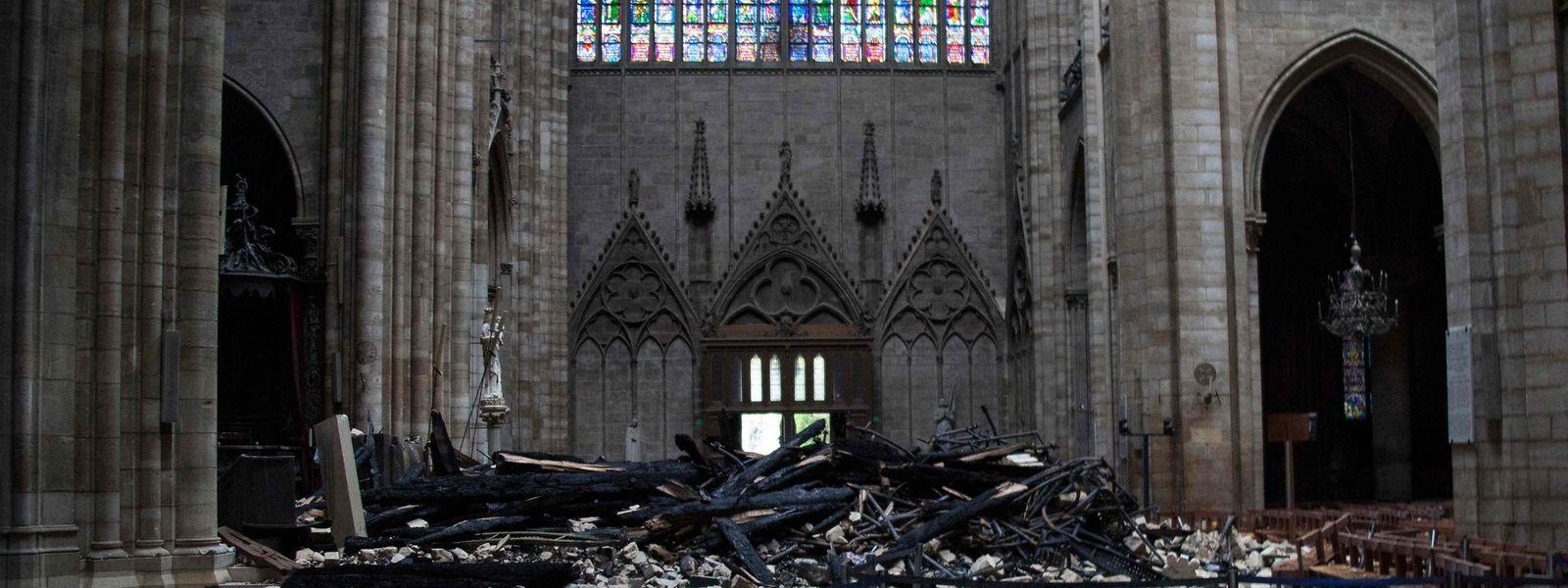 Der Schaden im inneren der Kathedrale ist erheblich, aber die Struktur ist größtenteils stabil geblieben.
