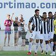 O jogador do Portimonense, Bruno Taata (2E), festeja com colegas de equipa, após marcar um golo contra o Boavista, durante o jogo da Primeira Liga de Futebol realizado no Estádio Municipal de Portimão, Portimão, 7 de agosto de 2017. LUÍS FORRA/LUSA