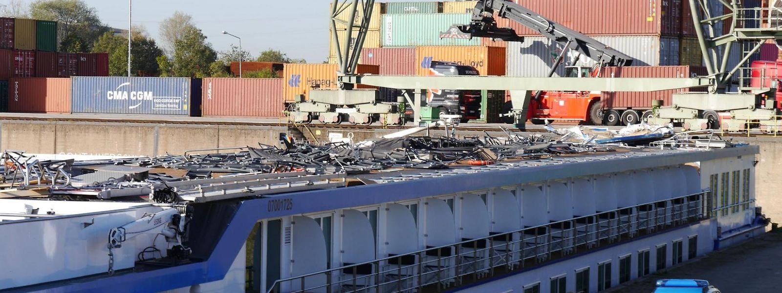 Das Führerhaus des Flusskreuzfahrtschiffs wurde komplett abgerissen.