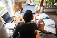 26.03.2020, Baden-W¸rttemberg, Waldenbuch: Eine Frau arbeitet mit Hˆrschutz im Homeoffice. Um die Ausbreitung des Coronaviruses zu verlangsamen, arbeiten viele Arbeitnehmer und Arbeitnehmerinnen von zu Hause aus. Foto: Sebastian Gollnow/dpa +++ dpa-Bildfunk +++
