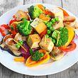 Devenir végétarien pourrait permettre de perdre plus de poids que certains régimes, sur cette photo figure une salade au tofu.