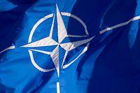 ARCHIV - 25.06.2014, Belgien, Brüssel: Eine Flagge der Nato weht beim NATO-Außenministertreffen. Deutschland wird künftig einen genauso hohen Anteil an den Gemeinschaftskosten der Nato tragen wie die USA. Foto: Daniel Naupold/dpa +++ dpa-Bildfunk +++