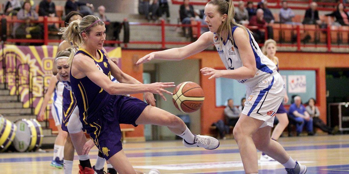Amicale-Spielerin Christina Marinacci (l.), hier gegen Etzellas Annick Neiertz, erzielte 24 Punkte und holte 14 Rebounds.