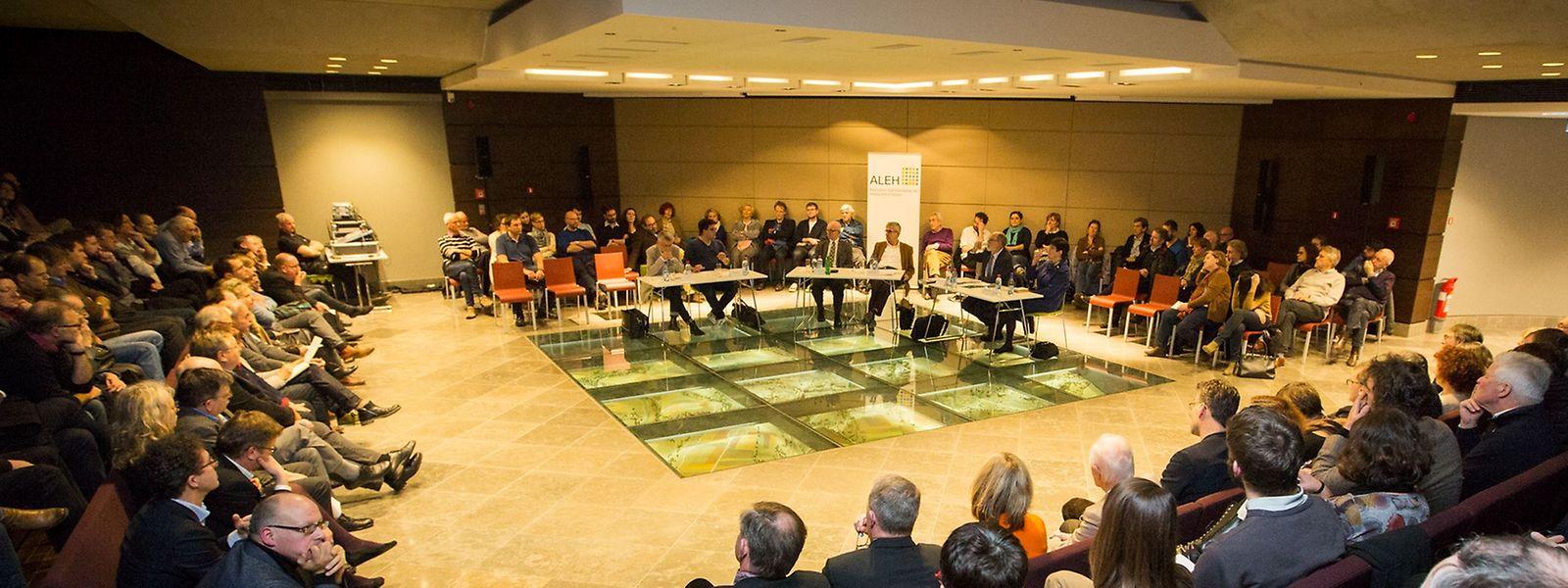 Die angeregte Debatte fand im Musée Dräi Eechelen statt.