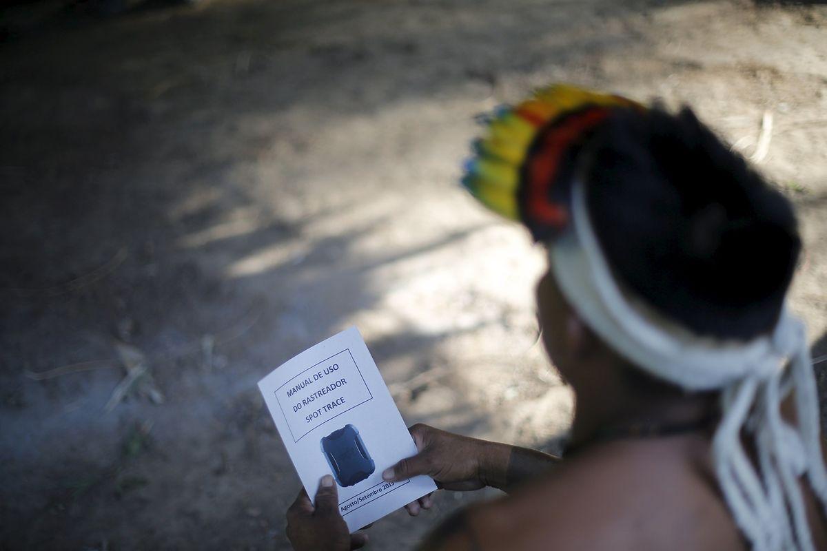 Ein Ka'apor-Indianer wird von Greenpeace-Aktivisten im Umgang mit den Kameras trainiert.