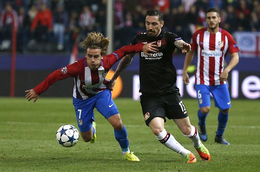 Soccer Football - Atletico Madrid v Bayer Leverkusen - UEFA Champions League Round of 16 Second Leg - Vicente Calderon Stadium, Madrid, Spain - 15/3/17 Atletico Madrid's Antoine Griezmann in action with Bayer Leverkusen's Roberto Hilbert Reuters / Juan Medina Livepic
