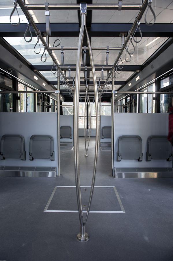 16 sièges rabattables sont disponibles et le toit est en verre