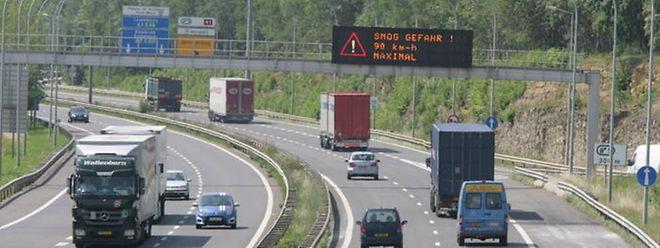 Die Höchstgeschwindigkeit auf den Autobahnen ist am Freitagnachmittag auf 90 km/h begrenzt worden.