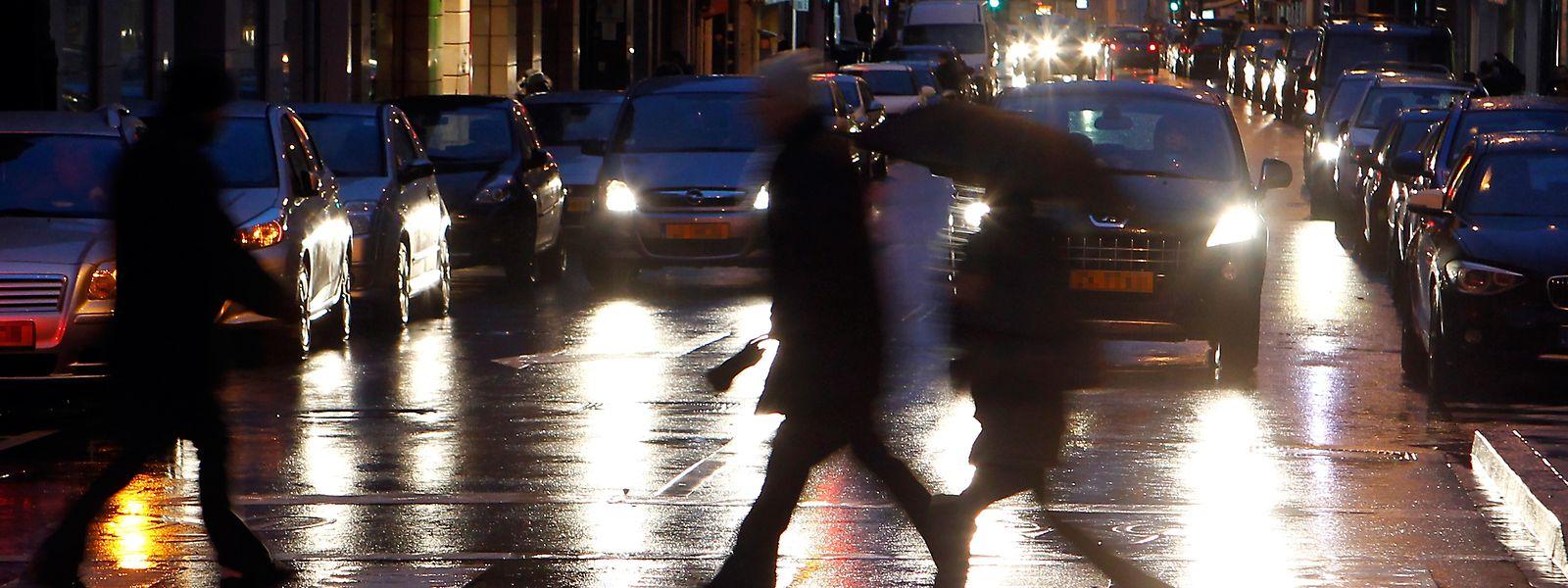 Dunkelheit und schlechte Witterungsbedingungen erschweren die Sichtverhältnisse im Straßenverkehr. Innerorts sind somit besonders Fußgänger einem zusätzlichen Risiko ausgesetzt.
