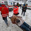 In der ukrainischen Hauptstadt tobt eine Straßenkampf: Sanitäter ab Abtransport eines verletzten Demonstranten in Kiew. Foto: AP