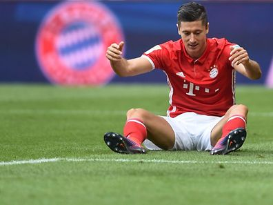 Bayern Munich's Polish striker Robert Lewandowski reacts during the German first division Bundesliga football match between FC Bayern Munich and 1 FC Cologne in Munich, southern Germany, on October 1, 2016. / AFP PHOTO / CHRISTOF STACHE / RESTRICTIONS: DURING MATCH TIME: DFL RULES TO LIMIT THE ONLINE USAGE TO 15 PICTURES PER MATCH AND FORBID IMAGE SEQUENCES TO SIMULATE VIDEO. == RESTRICTED TO EDITORIAL USE == FOR FURTHER QUERIES PLEASE CONTACT DFL DIRECTLY AT + 49 69 650050