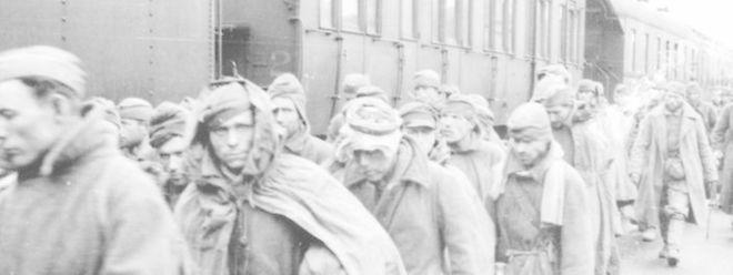 Viele Angehörige der Roten Armee wurden an der Ostfront gefangen genommen und mit Zügen zu ihrem Einsatzort in den Arbeitslagern abtransportiert.