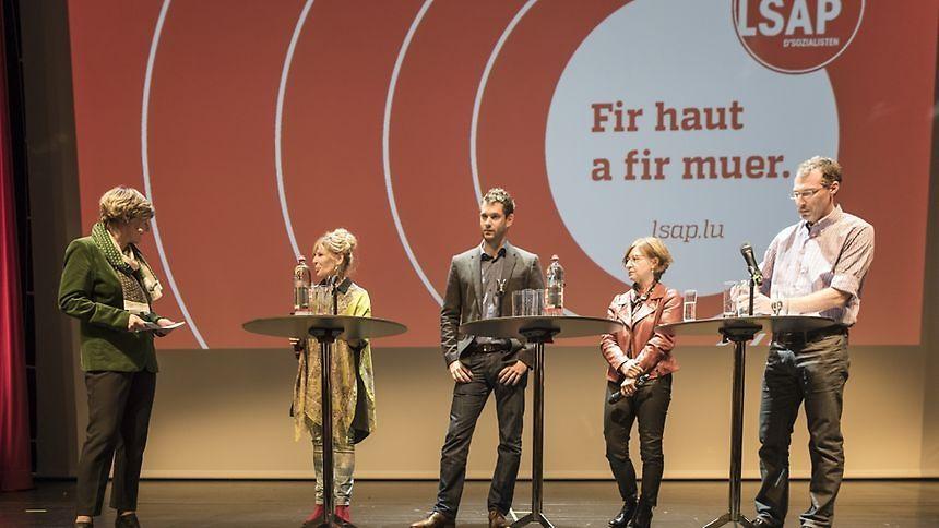 Francine Closener en discussion avec quatre socialistes vainqueurs aux élections communales: Manon Bei-Roller, Bob Steichen, Marguy Kirsch-Hirtt et Jean-François Wirtz (de g. à d.).