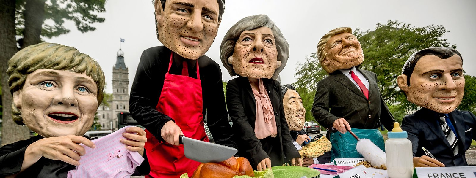 Es gab auch friedliche Demonstrationen gegen die G7. Aktivisten von Oxfam mit Masken der G7-Gipfel Teilnehmer.