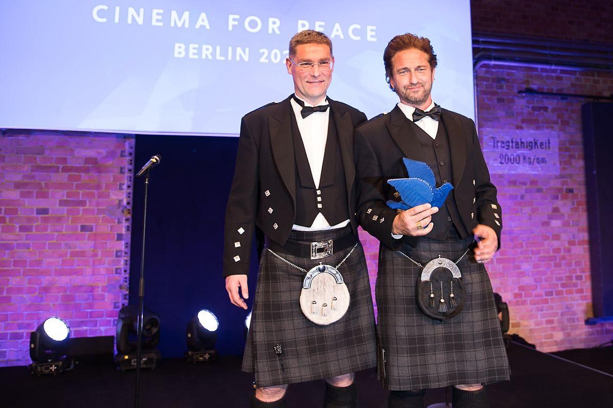"""Magnus MacFarlane Barrow (l.) mit Gerard Butler bei der Übergabe des """"Cinema for Peace""""-Awards an Butler im Februar 2020 in Berlin."""
