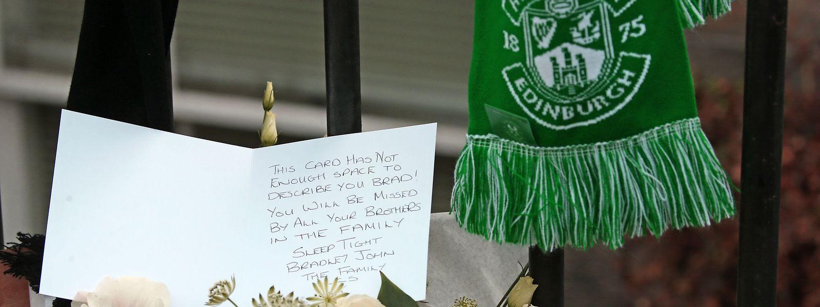 Blumen und eine Karte liegen am Tatort, an dem der britische Schauspieler Bradley Welsh erschossen wurde.