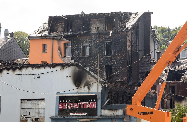Am Dienstagmorgen bot sich in der Escher Rue d'Audun ein Bild völliger Zerstörung. Kurze Zeit nachdem diese Aufnahmen gemacht wurden, loderten erneut Flammen auf.