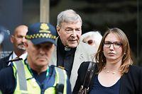 26.02.2019, Australien, Melbourne: Kardinal George Pell, ehemaliger Finanzchef des Vatikans, verlässt ein Gericht, den County Court in Melbourne. Der ehemalige Finanzchef des Vatikans, der australische Kardinal George Pell, ist wegen des sexuellen Missbrauchs von Kindern schuldig gesprochen worden. Der 77-Jährige wurde von einem Gericht in Melbourne für schuldig befunden, sich in den 1990er Jahren an zwei 13-jährigen Jungen vergangen zu haben. Damals war er Erzbischof der australischen Metropole. Die Höhe der Strafe muss noch festgelegt werden. Pell drohen insgesamt bis zu 50 Jahre Haft. Über seine Anwälte wies er am Dienstag den 26.02.2019 nochmals alle Vorwürfe zurück. Foto: Erik Anderson/AAP/dpa +++ dpa-Bildfunk +++