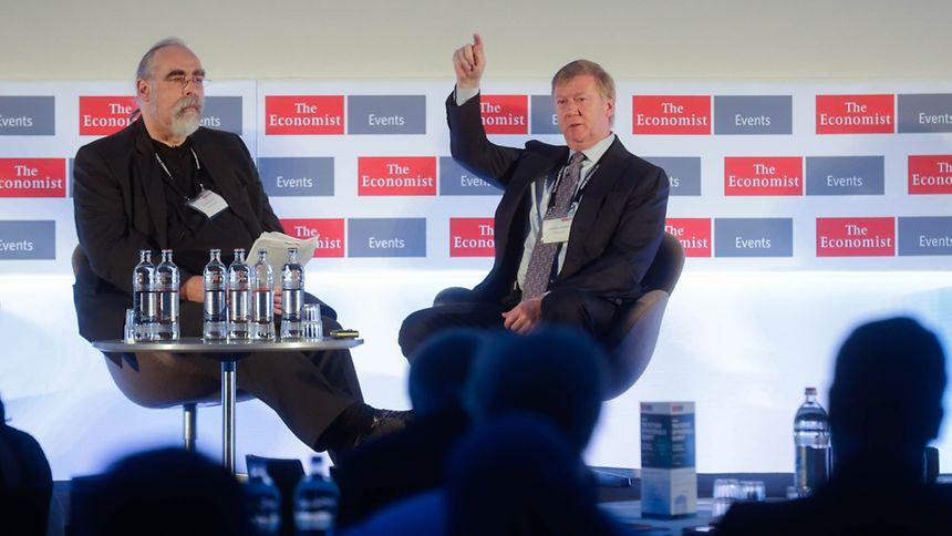 Au centre de convention européen (Kirchberg), Anatoli Tchoubaïs (à droite) répond aux questions du spécialiste technologies de The Economist Geoffrey Carr