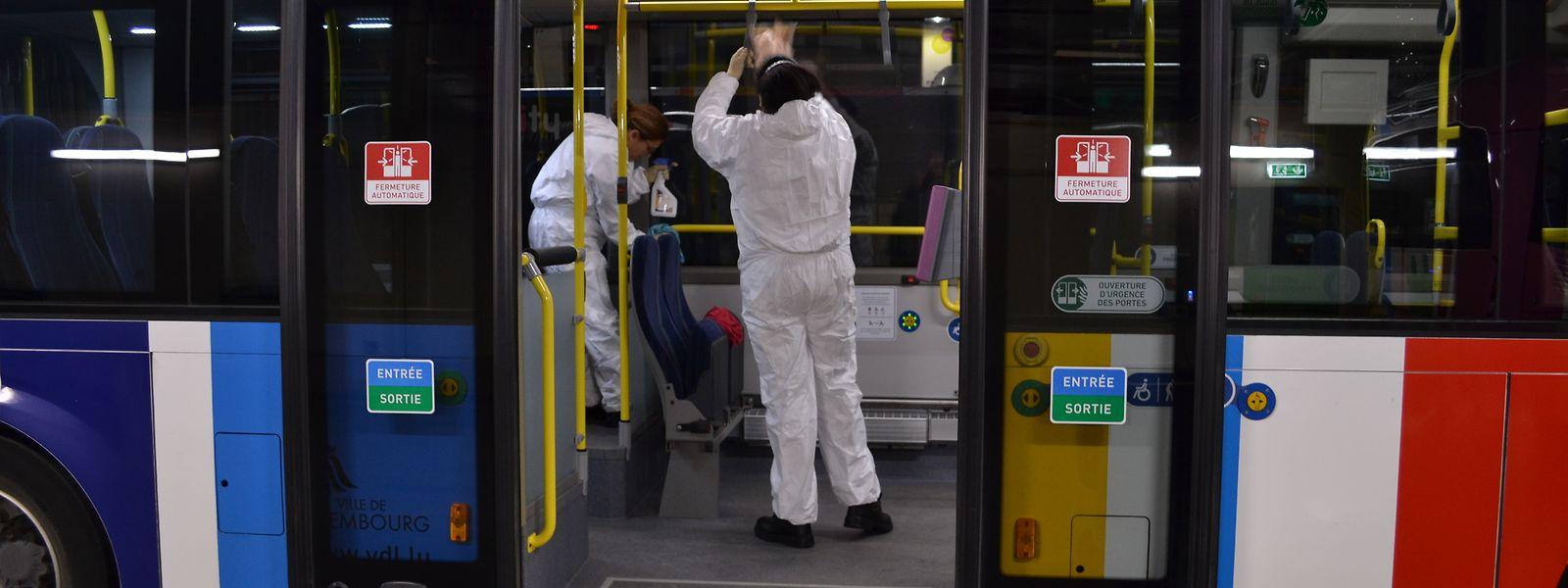 Bereits zum Beginn der Krise wurden in den Fahrzeugen des öffentlichen Nahverkehrs strenge Hygienevorschriften eingeführt. Desinfektionsmaßnahmen wie hier bei der AVL gehören seitdem zum Alltag.