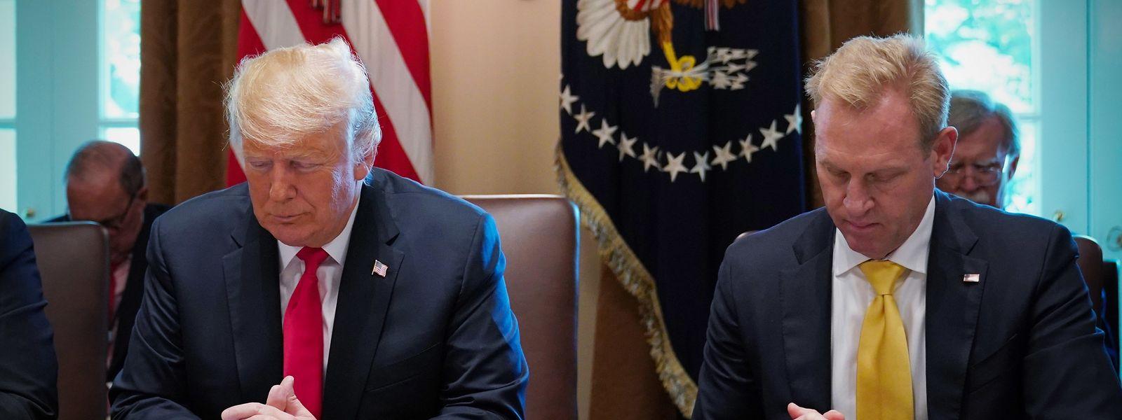 In diesem Bild vom 16. August 2018 in Washington DC, neigen US-Präsident Donald Trump und der bisherige stellvertretende Verteidigungsminister Patrick Shanahan die Köpfe im Gebet vor dem Beginn einer Kabinettssitzung.