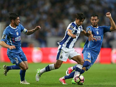 FC Porto's Oliver Torres (C) vies for the ball with Feirense´s Cris Santos and Tasos Karamanos (R) during their Portuguese First League soccer match held at Dragao stadium in Porto, Portugal, 23 april 2017. ESTELA SILVA/LUSA