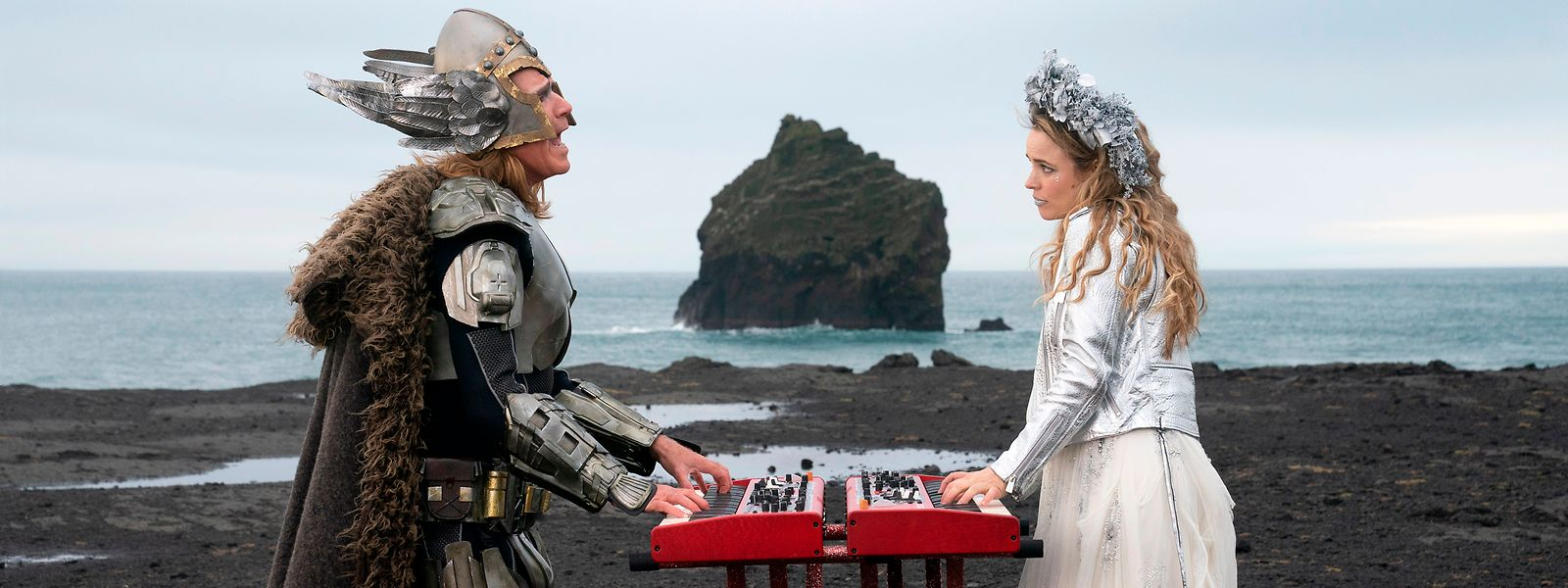 """Klischeelastige Inszenierung: Lars (Will Ferrell) und Sigrit (Rachel McAdams) legen sich in """"Eurovision Song Contest: The Story of Fire Saga"""" für Island musikalisch ins Zeug."""
