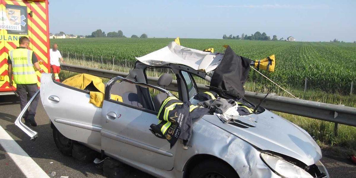 Der Beifahrer erlitt schwere Verletzungen und musste aus dem Wagen befreit werden.