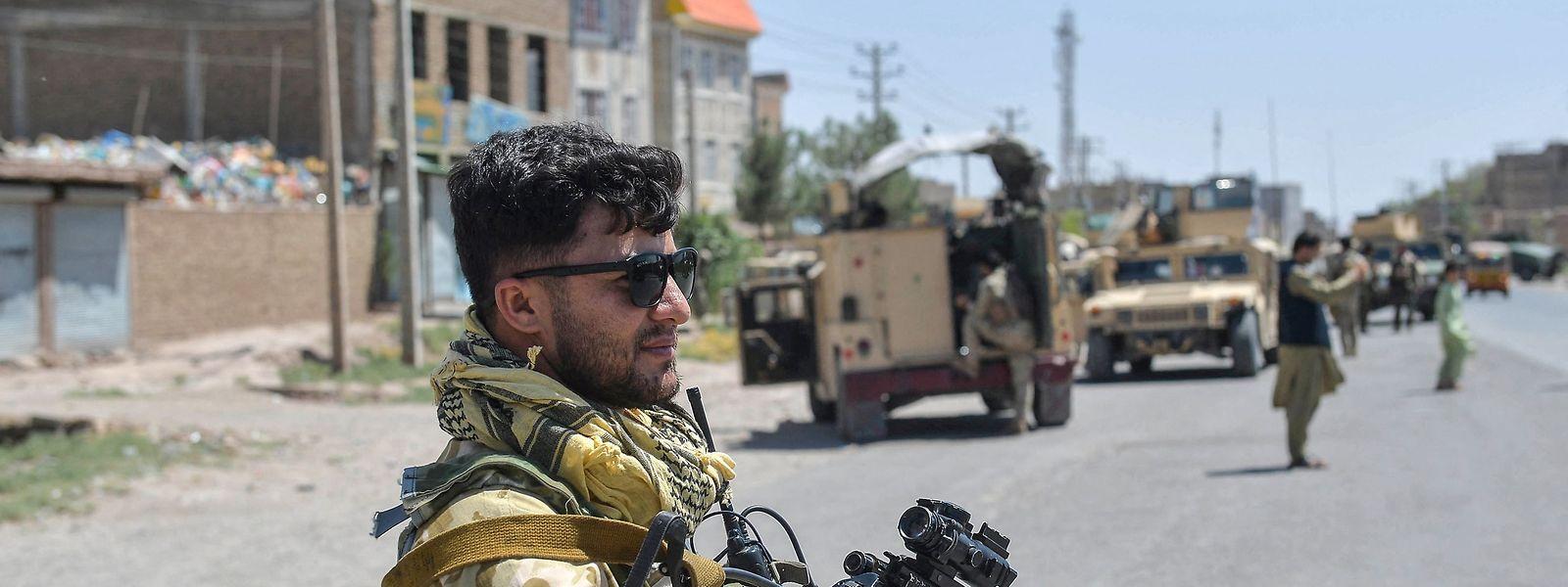 Ein Soldat der regulären afghanischen Armee während seines Einsatzes.