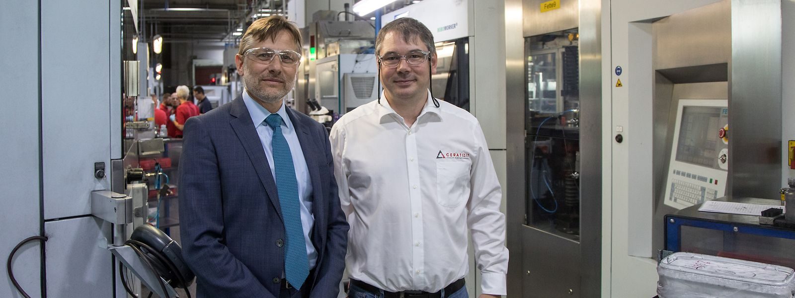 Vorstandsmitglied Frank Thomé und Ralph Useldinger, Leiter der Entwicklungsabteilung, (v.l.), zeigen das Stammwerk von Ceratizit in  Mamer.