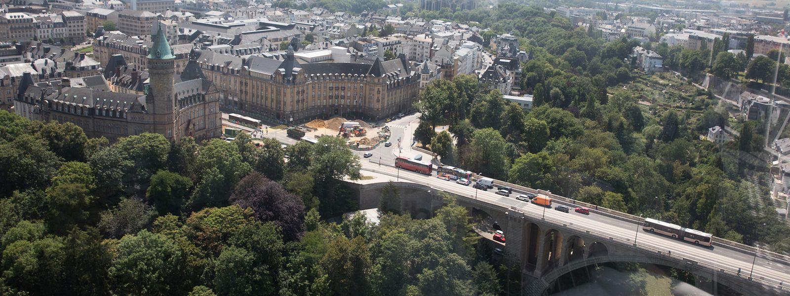 Wer den Pont Adolphe und die Sparkasse von oben sehen will, dem empfiehlt sich eine Fahrt mit dem City Skyliner auf der Place de la Constitution.
