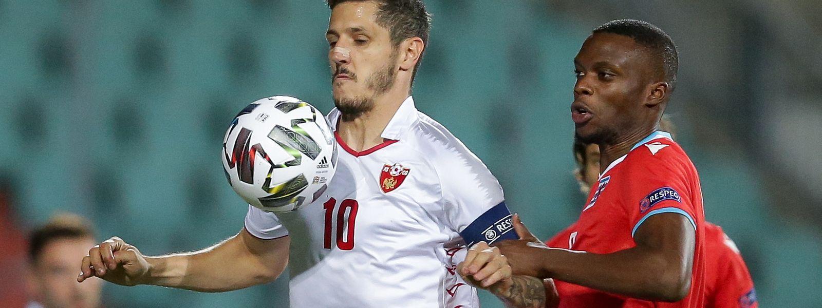 Stevan Jovetic (n° 10), capitão do Montenegro, junto com Christopher Martins (de vermelho) jogador do Luxemburgo que foi expulso aos 84 minutos.