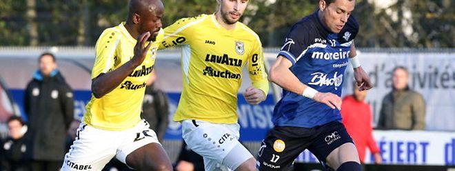 Pedro Rodrigues (à dr., en bleu) devant le Dudelangeois Kevin Malget en Coupe de Luxembourg