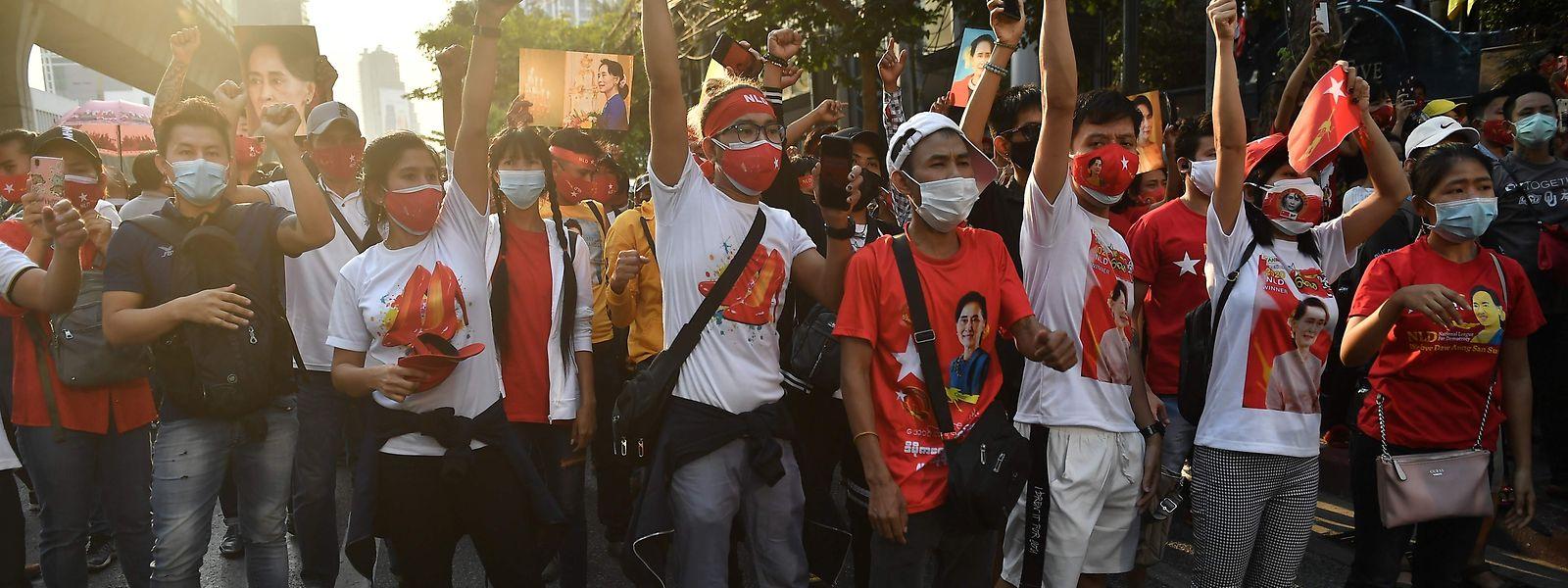 In Bangkok protestierten die Menschen vor der Botschaft von Myanmar gegen die Machtergreifung.