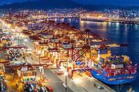 """ARCHIV - 09.12.2019, China, Qingdao: Containerschiffe liegen im nächtlich beleuchteten Containerterminal des Hafens von Qingdao. (zu dpa: """"China und Asien-Pazifik-Staaten schließen weltgrößten Freihandelspakt """") Foto: Yu Fangping/SIPA Asia via ZUMA Wire/dpa +++ dpa-Bildfunk +++"""