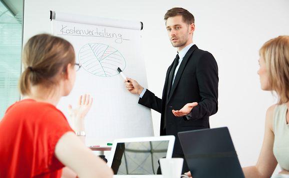 Fehlentscheidungen im Job können teuer werden. Um sie zu vermeiden, können Perspektivwechsel helfen. Manchmal reicht es schon, in einem Meeting einmal die Plätze zu tauschen.