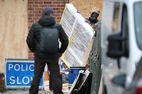 12.01.2019, Großbritannien, Salisbury: Ein Mann im Schutzanzug trägt ein verpacktes Fenster aus dem ehemaligen Wohnhaus des ehemaligen russischen Doppelagenten Skripal, der Opfer eines Attentats wurde.