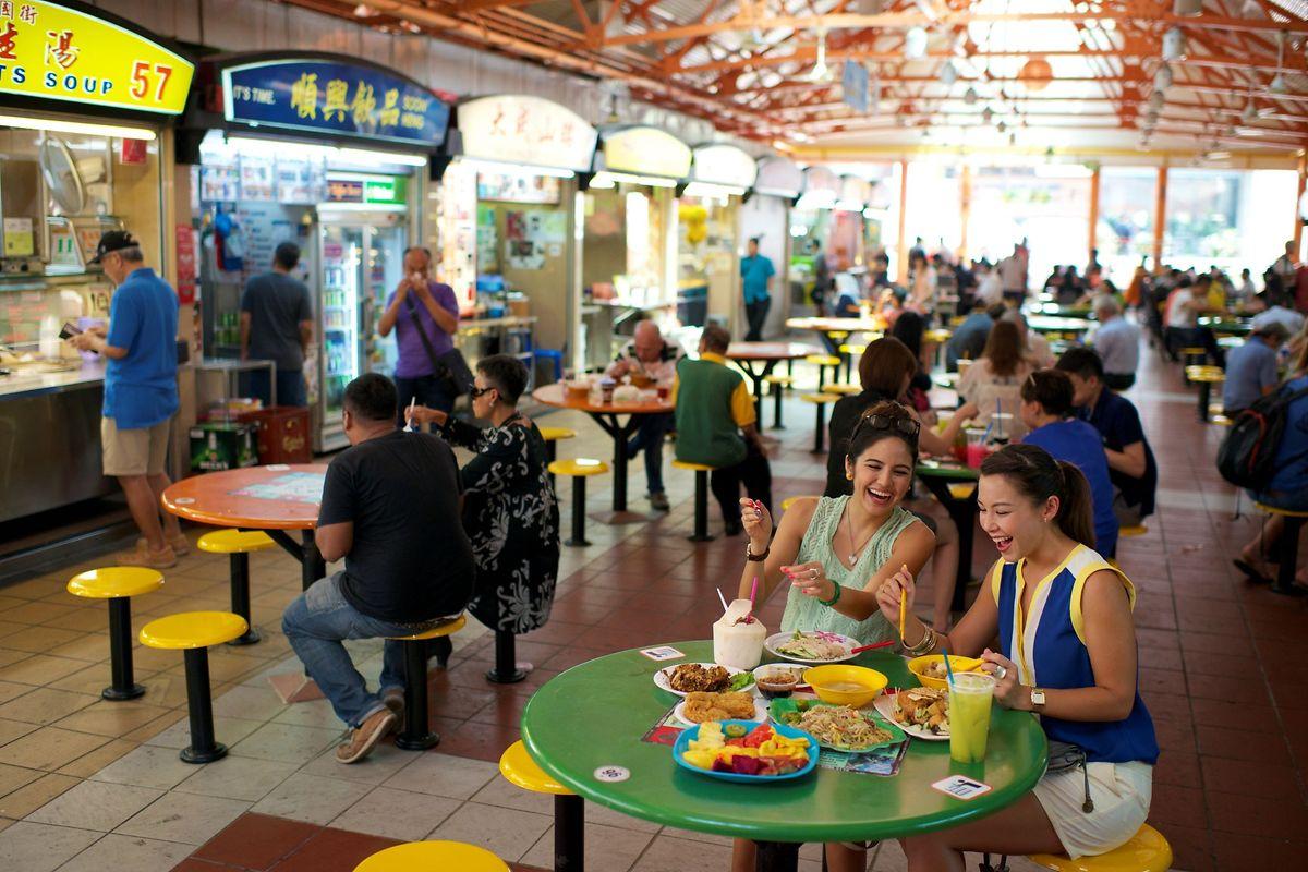 Hawker Center sind ideale Orte für Foodies: Auf den Essensmärkten geht es trubelig zu.