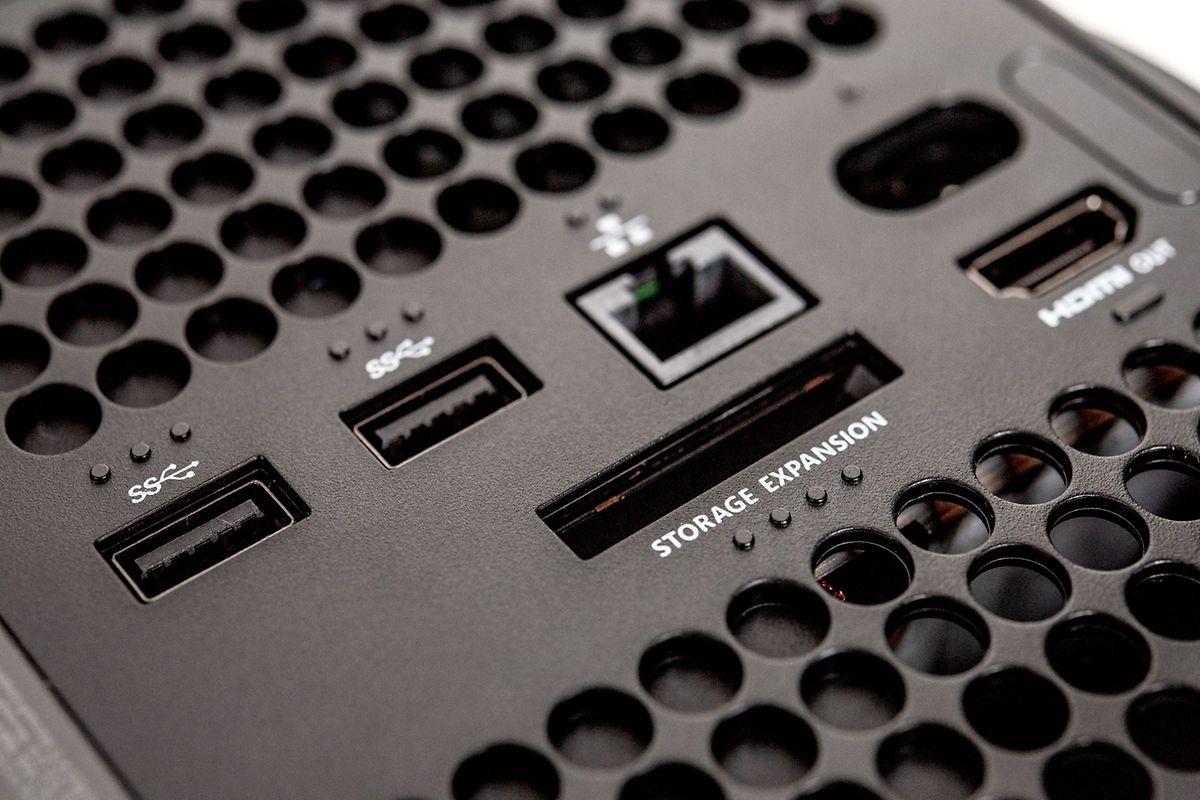 Kleiner Slot, grosser Preis: Der Speicher der neuen Xbox-Konsolen lässt sich per Zusatz-Modul um 1 Terabyte erweitern - das kostet allerdings 240 Euro.