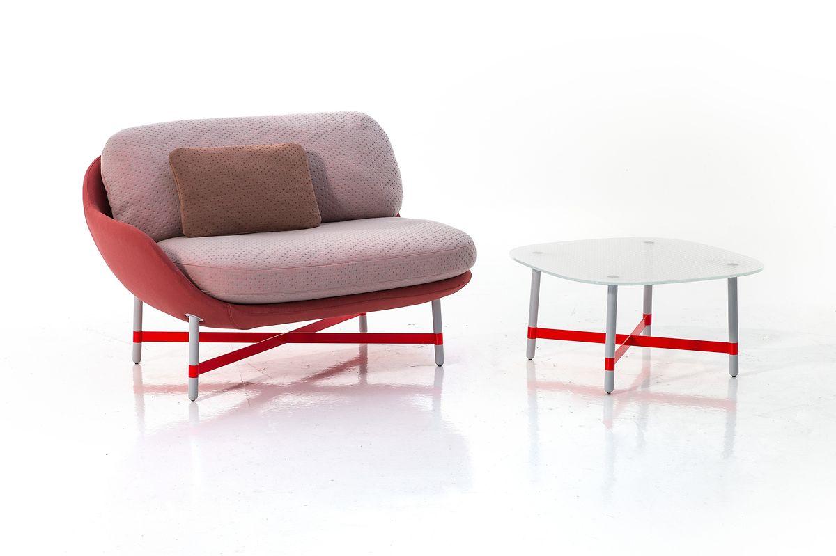 Das niederländische Design-Duo Scholten & Baijings kreierte eineSerie niedriger Sofas und Sessel namens Ottoman für Moroso. Natürlich tragen auch sie rosa.